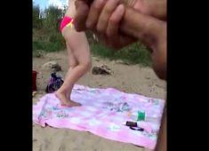 Batendo punheta pra coroa na praia